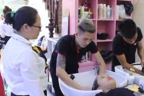 Đào tạo thợ phụ - Thực hành gội đầu và massage mặt
