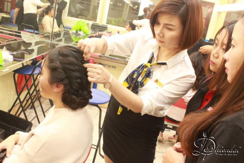 Hình ảnh lớp học bới tóc tại trung tâm Đẹp Hiện Đại - 397 Giải Phóng