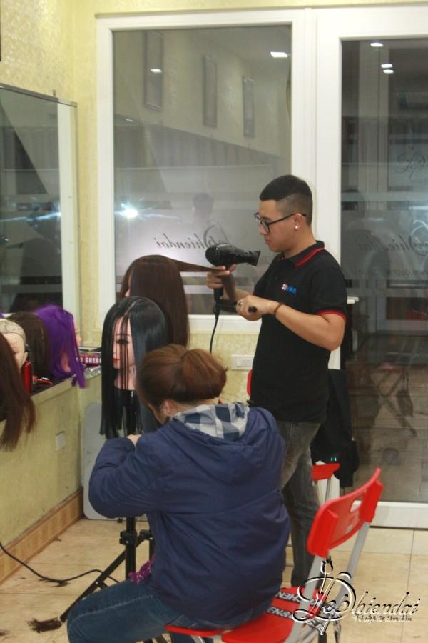 Hình ảnh lớp học tạo mẫu tóc tại trung tâm Đẹp Hiện Đại - 397 Giải Phóng