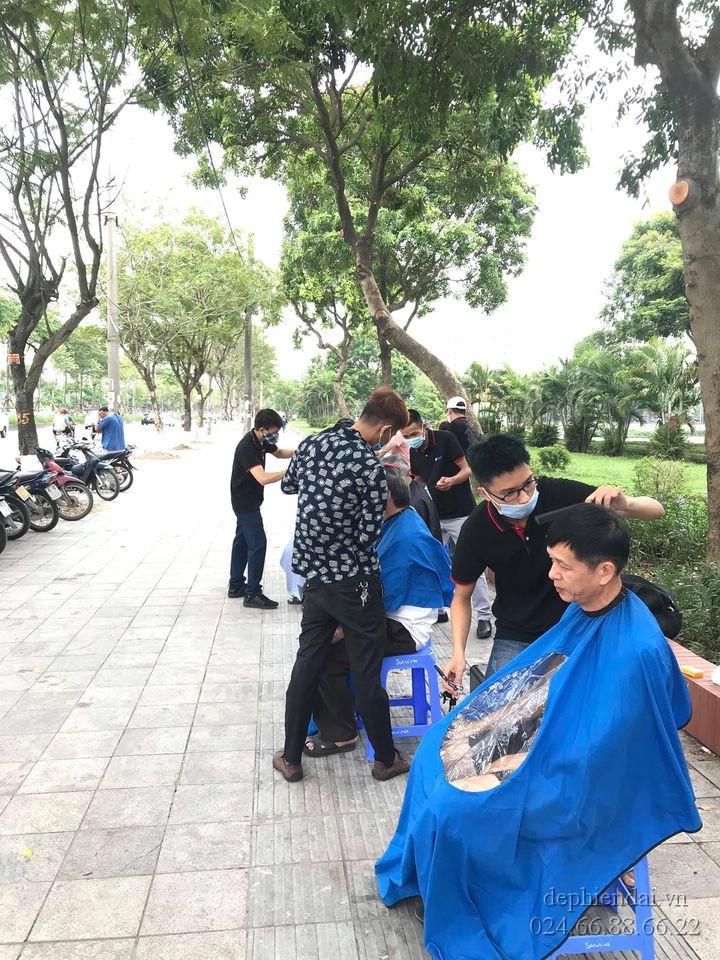 Học viên thực hành cắt ngoài trời