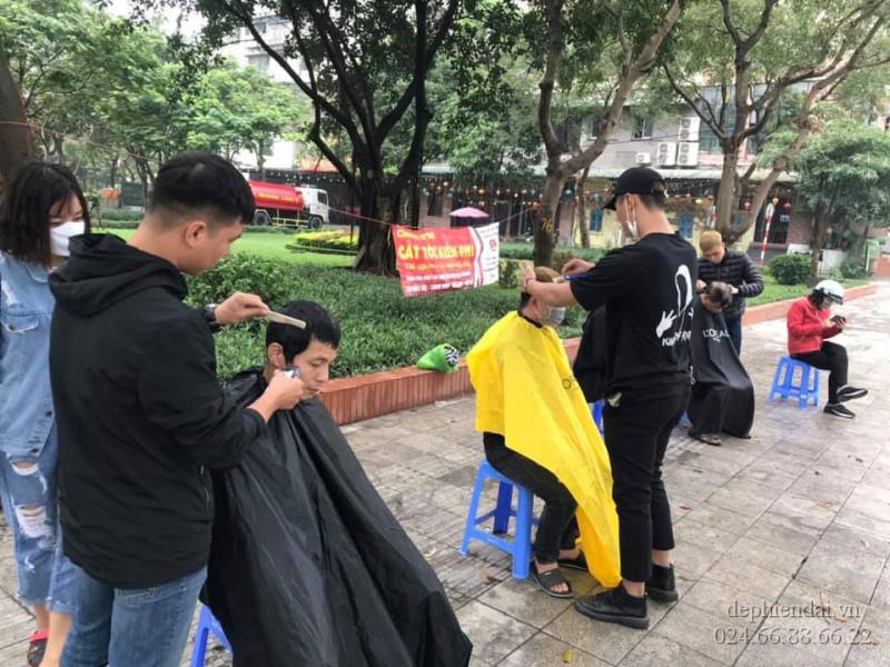 Học viên thực hành cắt tóc ngoài trời tuần 3 tháng 4 năm 2021