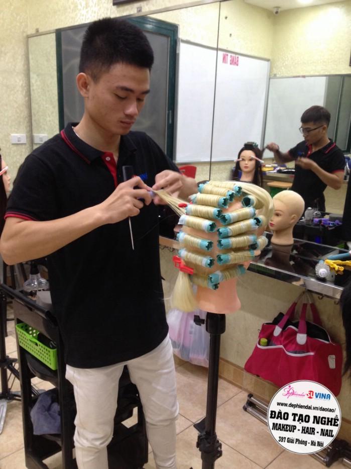 Học viên thực hành uốn tóc