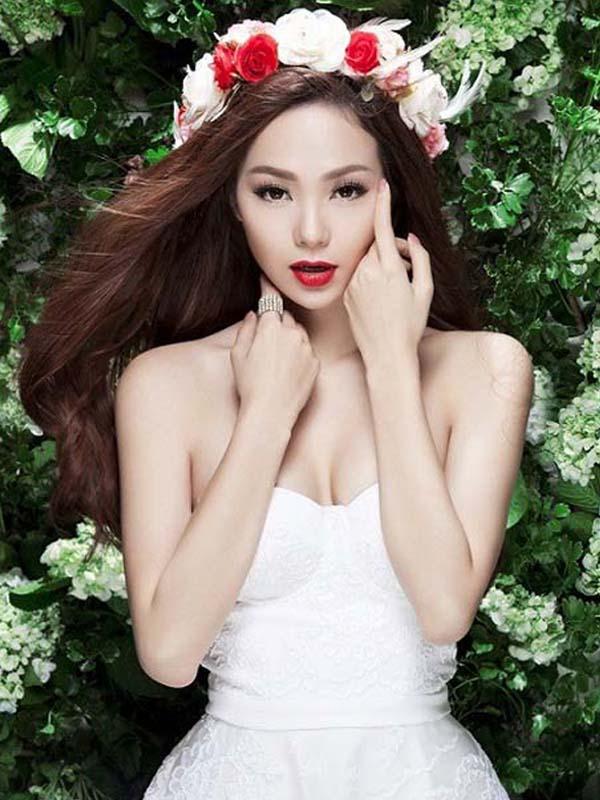 Kiểu tóc cô dâu đội vòng hoa đẹp dịu dàng cuốn hút