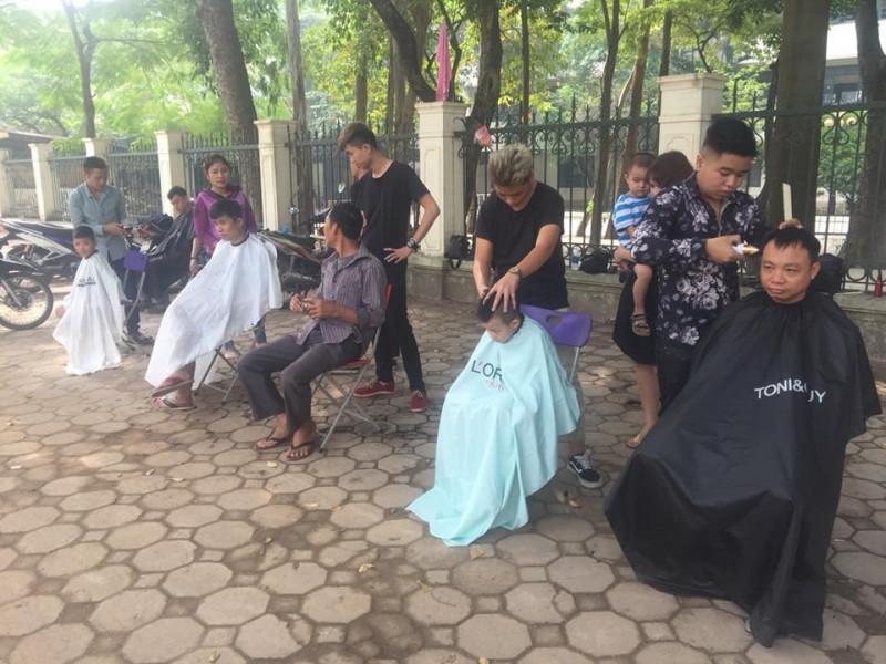 Lớp cắt tóc ngoài trời ngày 02 tháng 12