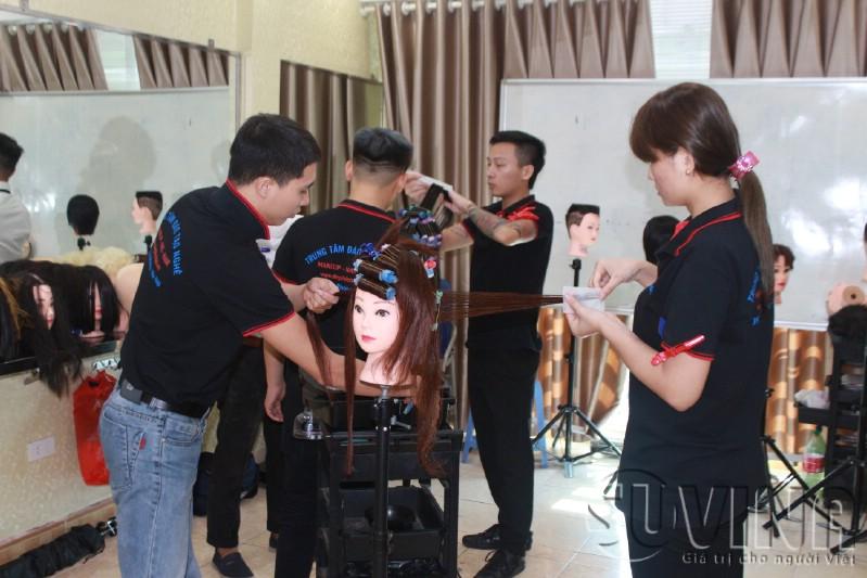 Lớp học uốn duỗi tóc tại trung tâm dạy nghề tóc uy tín