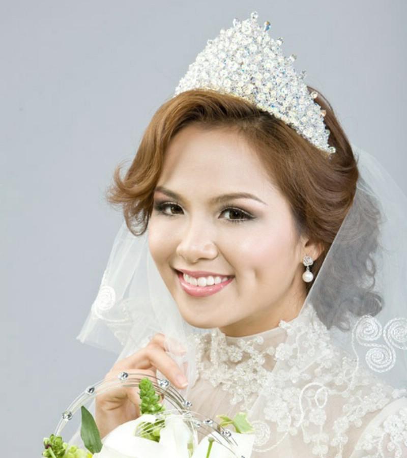 Mẫu tóc cô dâu đội vương miện đẹp sang trọng nổi bật