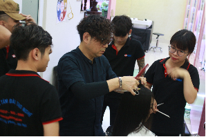 Thực hành cắt tóc với giáo viên Nhật Bản ISHIKAWA